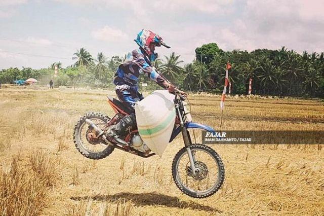 Ala Motocross Begini Keseruan Para Ojek Balapan Sambil Membonceng