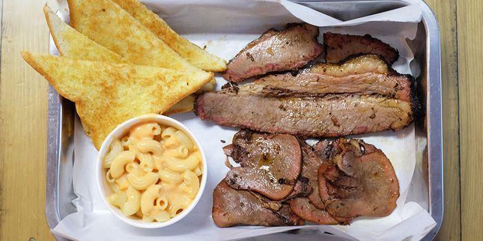 Paket smoked brisket & tounge, with mac n cheese & toast garlic